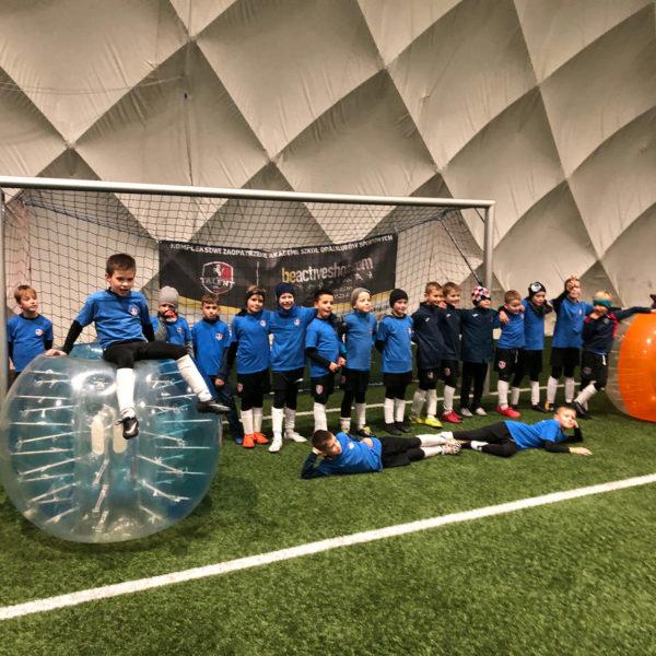 Dzieci po treningu prowadzonym przez trenera w Bubble Football