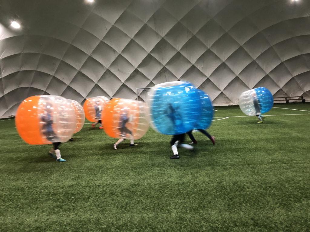 Gra Bubble Football niebieskie i pomarańczowe dmuchane kule