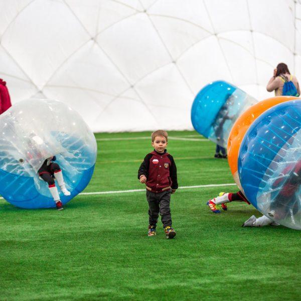 Dzieci grające w Bubblle Football